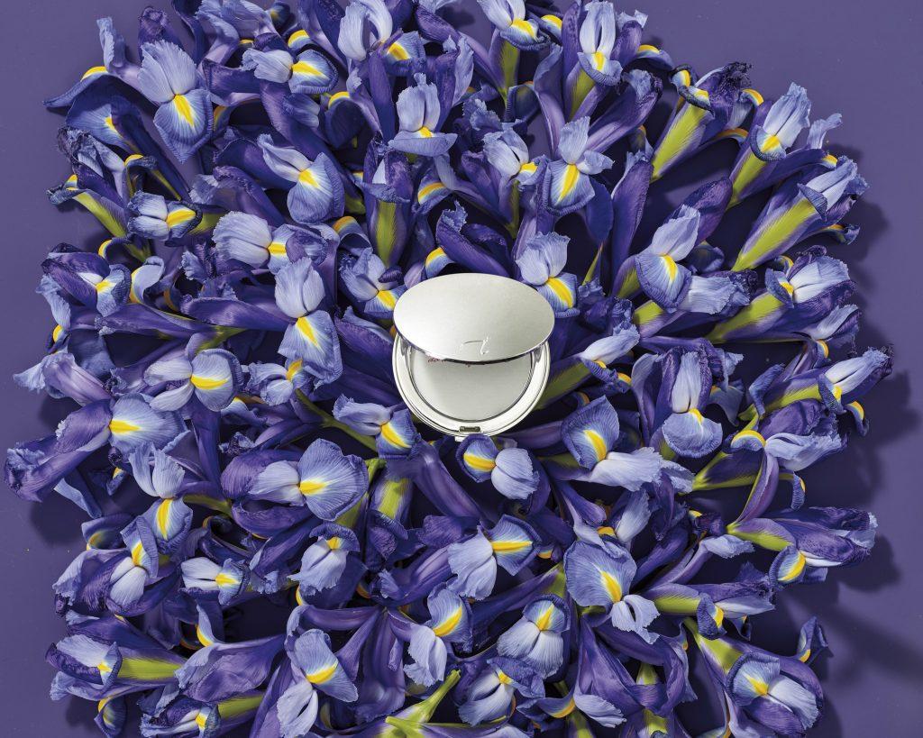 Silberfarbene Puderdose aus der jane iredale Jubiläumskollektion